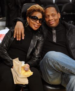 MARY J. BLIGE, HER HUSBAND, AND MARIA SHRIVER AT THE LAKERS GAME